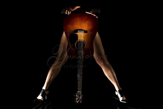 2016-11-gitar-naken-dame-rock-tripod-800